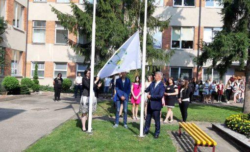 Direktorius T. Anilionis pakvietė iškelti vėliavą Karoliną Tarbonaitę ir Modestą Gživailą.